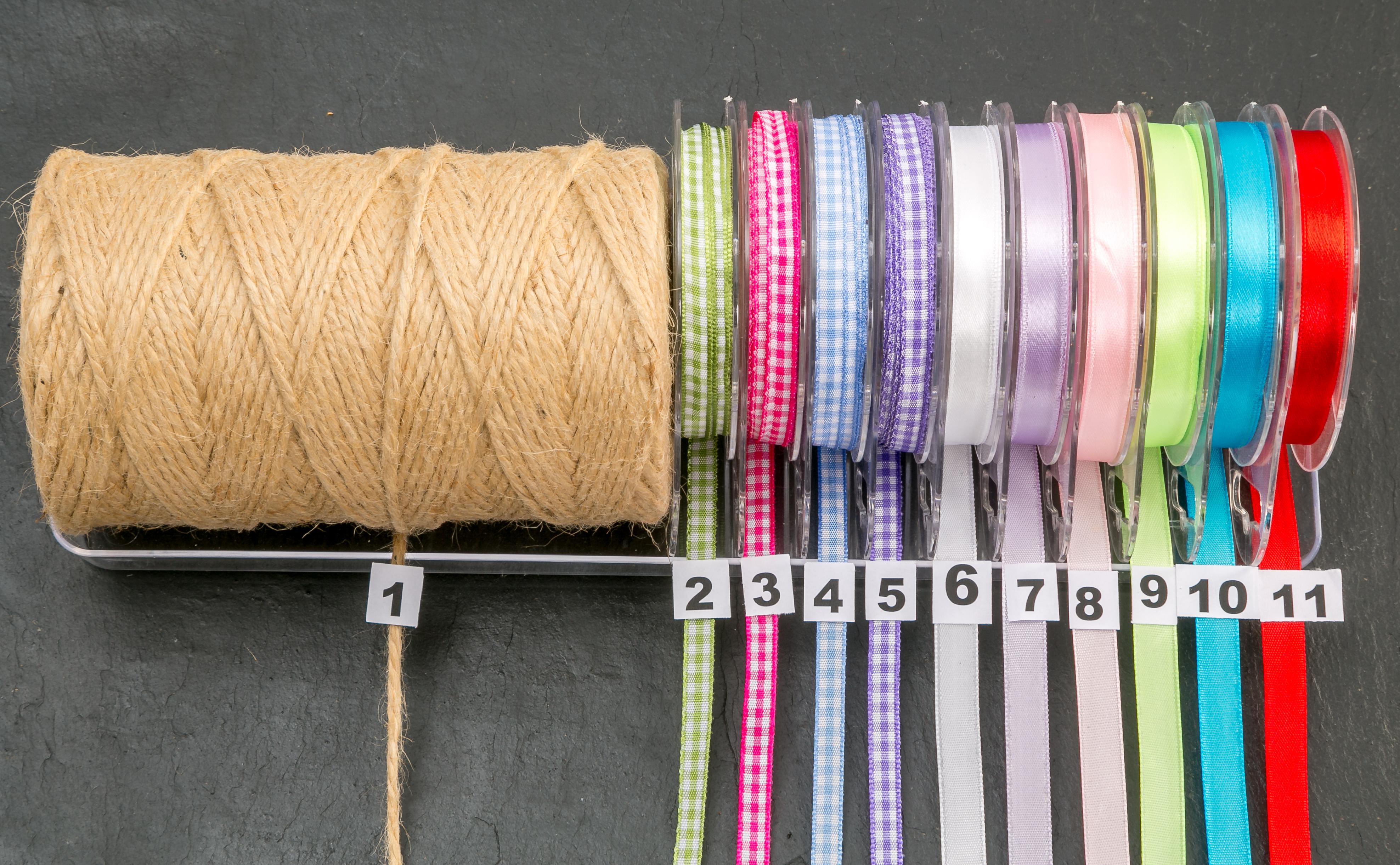 verschieden farbige Bänder für Schieferplatten