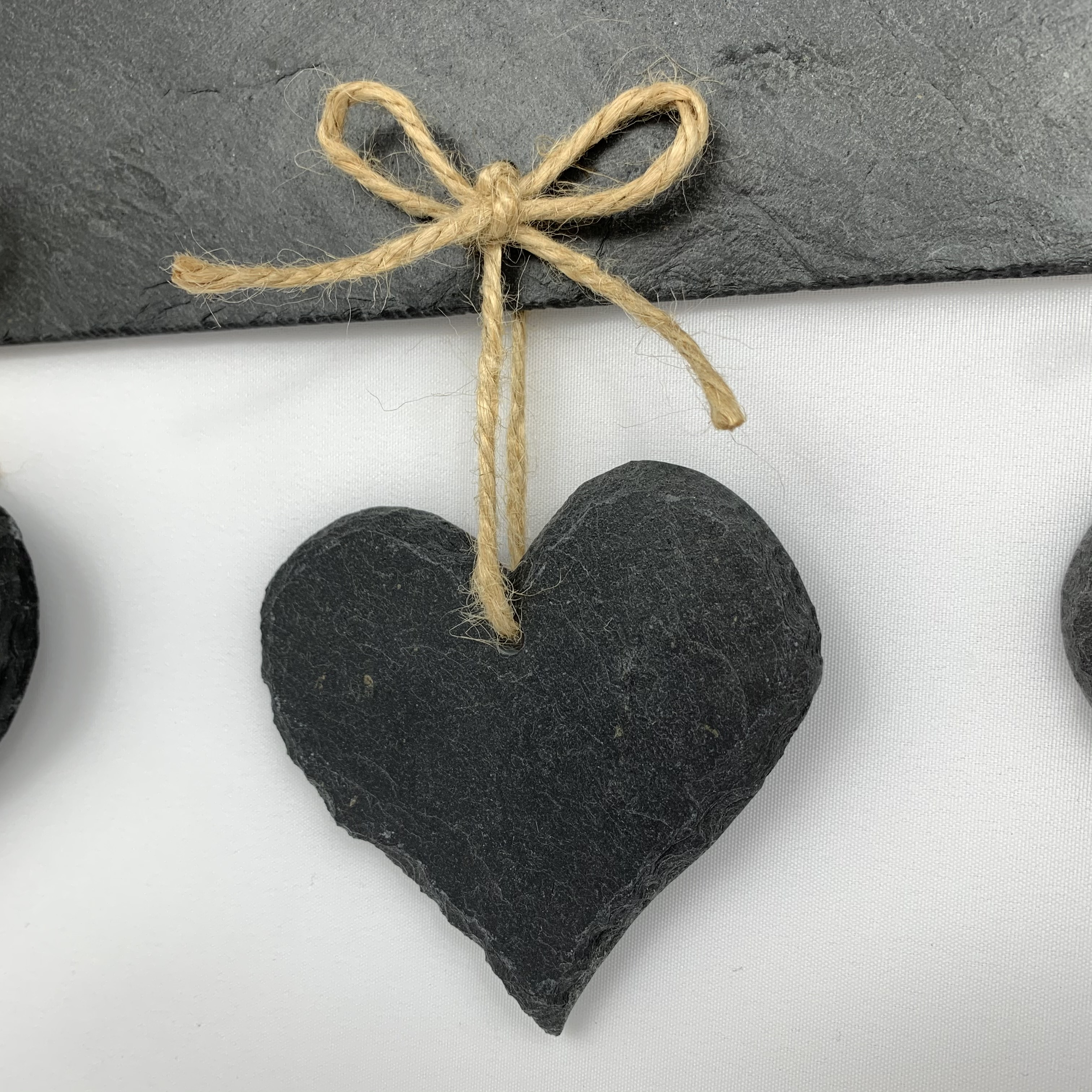 Herz aus Schiefer mit Juteband