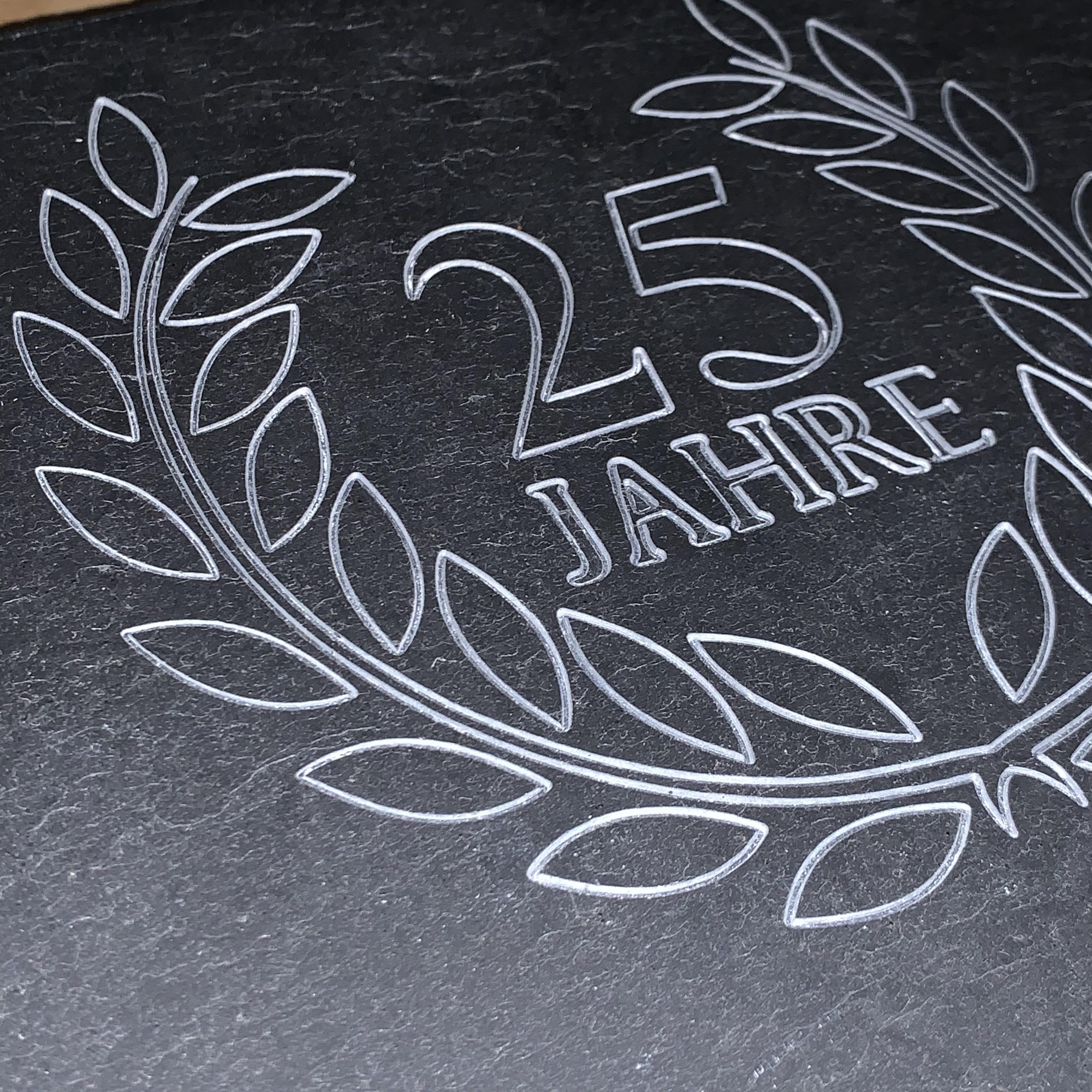 Individuelle Gravur Firmenjubiläum in Schiefer auf 60 x 30 cm