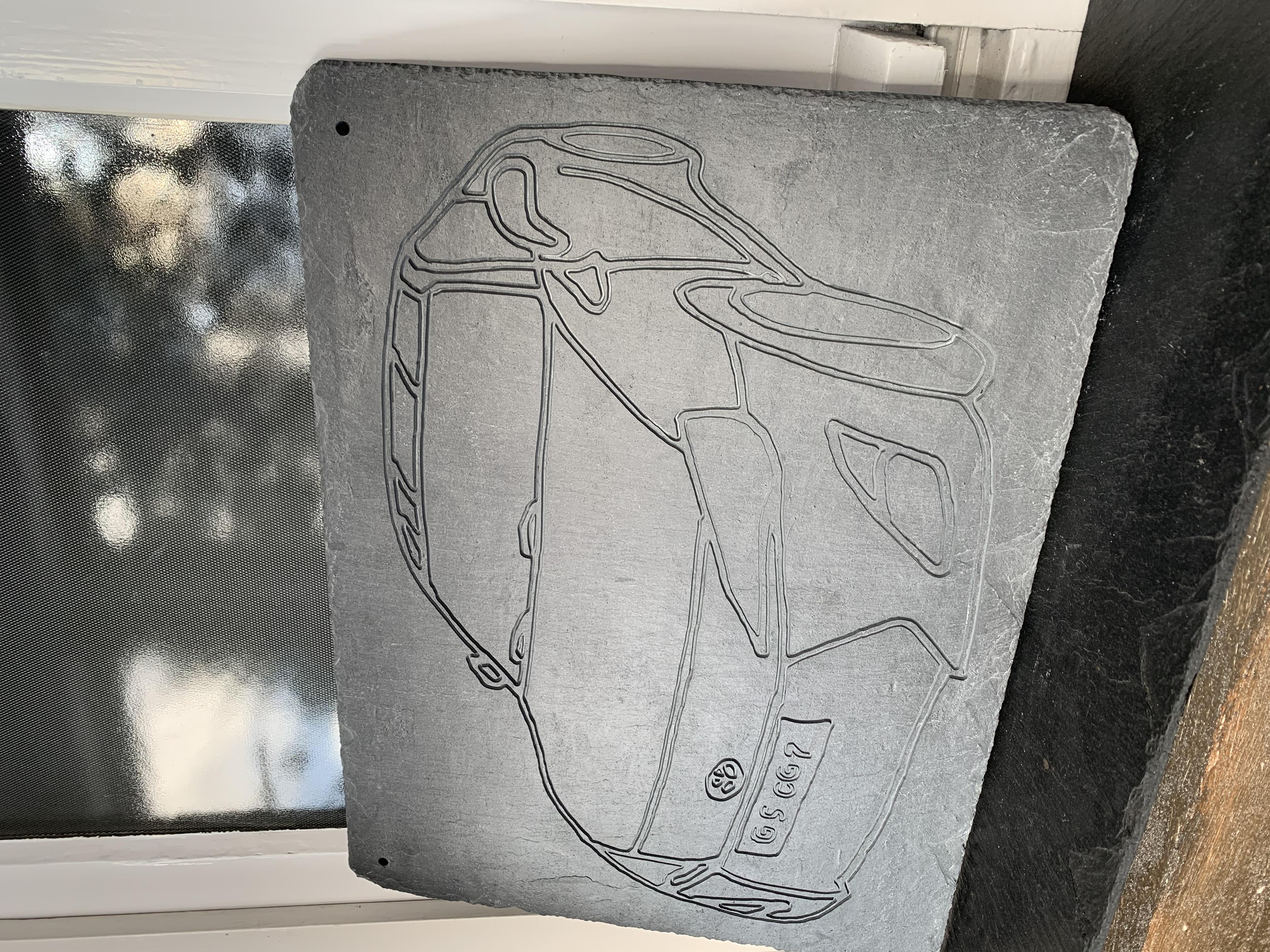 Tiefengravur in Schieferplatte